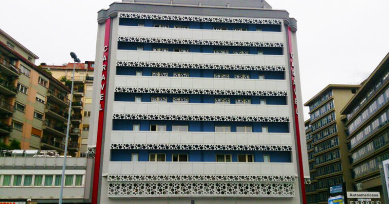 Metal Proget realizza la facciata dell'Hotel Caravel a alcuni elementi divisori di spazi interni. Tutto in metallo.