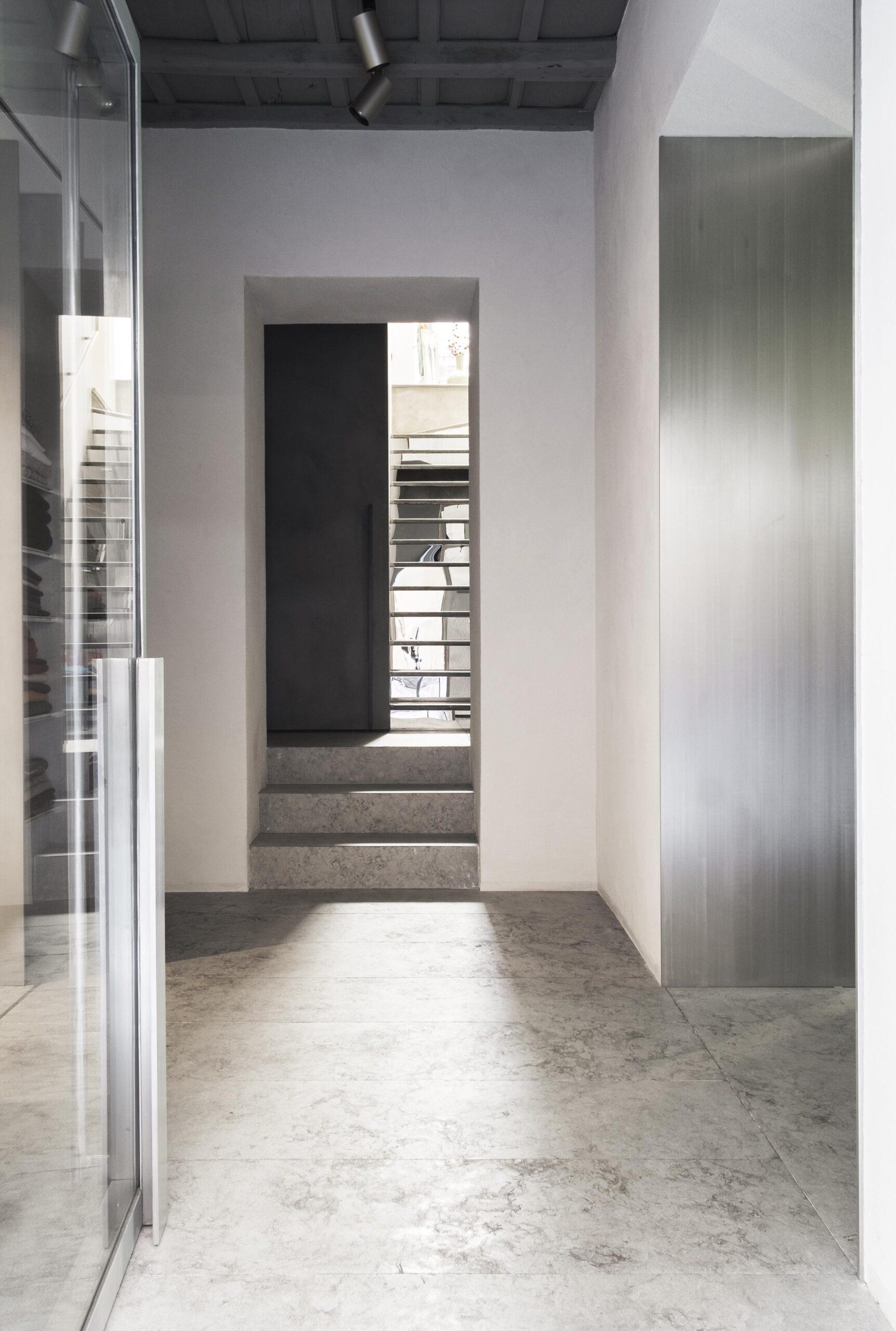Porta d'ingresso realizzata da Metal Proget per NIA Boutique di Roma, seguendo il progetto firmato dallo Studio Morq.