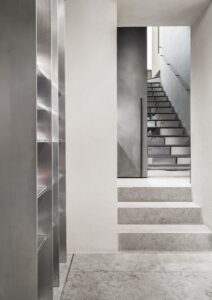 Scaffalatura in acciaio e corrimano realizzati da Metal Proget per NIA Boutique di Roma, seguendo il progetto firmato dallo Studio Morq.