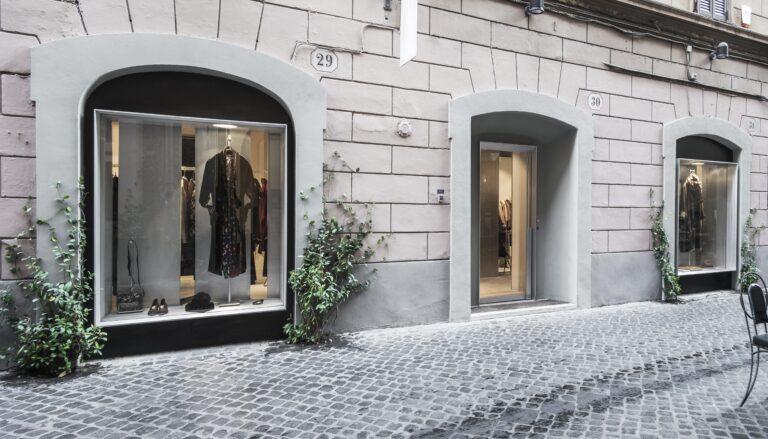 Vetrina realizzata da Metal Proget per NIA Boutique di Roma, seguendo il progetto firmato dallo Studio Morq.